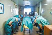 Ảnh bác sỹ cúi đầu trước em bé ung thư vừa mất