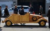 Nông dân tạo ô tô làm từ gỗ chạy bằng điện