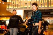 """Ca sỹ Tinna Tình """"ngổ ngáo"""" bên xế khủng Harley-Davidson"""