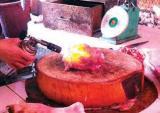 Nướng gà bằng đèn khò nguy hại sức khỏe thế nào?