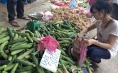 Hoa quả 5.000 đồng/kg đổ đống khắp vỉa hè Hà Nội