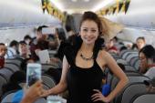 Jennifer Phạm được săn đón khi catwalk trên máy bay