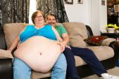 Người phụ nữ 420 kg kiếm tiền nhờ lắc bụng 2,5 mét