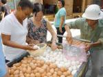 Nhiều người mua phải trứng loãng lòng nghi tồn từ Tết