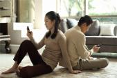 Phát hiện chồng ngoại tình nhờ chiếc điện thoại hỏng