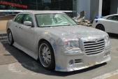 """""""Đau mắt"""" với Chrysler 300C dát trăm ngàn viên pha lê """"fake"""""""