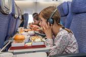 Bóc mẽ lý do đồ ăn trên máy bay thường dở tệ