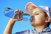 Mách mẹ tỷ lệ nước, sữa, trái cây cho bé ngày hè