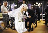 Những cụ bà hạnh phúc khi mặc váy cô dâu