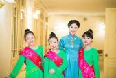 Hoa hậu Ngọc Hân diện áo dài cung đình làm MC
