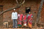 Kì lạ: Lấy vợ Ấn Độ chỉ để chuyên xách nước