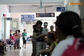 Trẻ nhỏ vạ vật ở bệnh viện ngày Quốc tế thiếu nhi