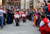 """Xế đua MotoGP của đội Ducati """"quậy tung"""" đường phố Ý"""