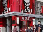 Thực hự chuyện KFC dùng gà 8 chân, 6 cánh chế biến thức ăn