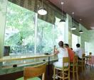 Đến quán trà sữa Việt để trốn nắng hè