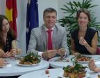"""Đại sứ Australia: """"Thật tuyệt vời khi ăn vải Việt Nam!"""""""