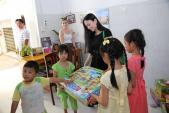 Hà Phương đưa con gái về nước làm từ thiện