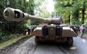 Ông lão 78 tuổi sở hữu xe tăng thế chiến và đại pháo