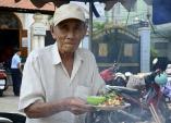 Cụ ông 81 tuổi đơn độc với xe bột chiên gần nửa thế kỷ ngon nức tiếng Sài Thành