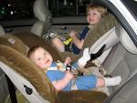 Những lưu ý đặc biệt khi cho trẻ đi ô tô