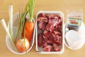 Cách nấu canh thịt bò hầm rau củ thơm ngon cho những ngày mưa