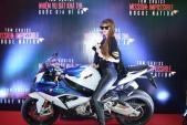 Dàn sao Việt thích thú với BMW S1000RR của Tom Cruise