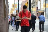 Vừa đi vừa dùng điện thoại dễ khiến người khác nổi điên