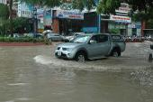 Nước ngập chưa quá tâm bánh xe, ôtô vẫn đi được