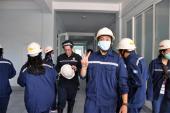 Du khách nước ngoài tập làm thợ lò Quảng Ninh