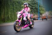 Nữ biker 9x với Honda CB1000R độ Hello Kitty