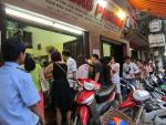 Người Hà Nội xếp hàng mua bánh trung thu truyền thống