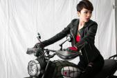 """Ca sỹ Tóc Tiên cực """"ngầu"""" bên bạn diễn Ducati Scrambler"""