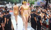 Lóa mắt với màn diễn nội y trên sàn catwalk vàng ròng