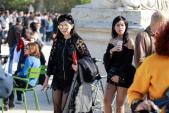 Mẹ và em chồng Hà Tăng diện đồ siêu ngắn dự Paris Fashion Week