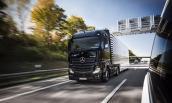 Xe tải tự hành Mercedes-Benz Actros lăn bánh trên xa lộ Đức