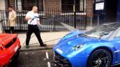 """""""Tắm rửa"""" siêu xe 40 tỷ đồng ngay trên phố"""