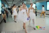 Thiếu nữ Trung Quốc đại náo tàu điện…