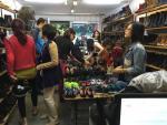 Hà Nội: Shop giày nhỏ thu hút hàng nghìn lượt khách mỗi ngày!
