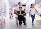 Akira Phan ngồi xe lăn đi hát từ thiện
