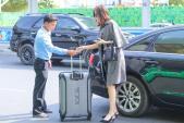 Hoa hậu Thu Thảo xách túi trăm triệu nổi bật ở sân bay