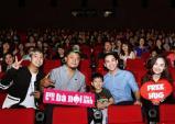 Khán giả vui sướng khi được Miu Lê, Hứa Vĩ Văn ôm chặt