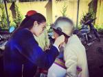 Phạm Hương xinh đẹp năng động đi từ thiện