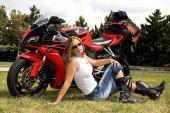 """Xem mẫu Tây """"lột đồ"""" trên siêu môtô Honda CBR1000RR"""