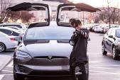 """Cậu bé Karate"" tậu siêu xe điện Tesla Model X"