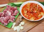 Bận rộn cho bữa cơm ngon với hai món canh kim chi nấu sườn, cá hấp sả ớt