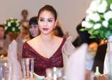 Phạm Hương khoe chân dài miên man với váy xẻ cao