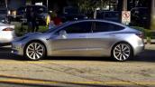 Tesla Model 3 lần đầu tiên xuất hiện trên đường phố