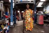 """Vua châu Phi """"xắn tay áo"""" làm thợ sửa xe ôtô tại Đức"""