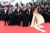 Cô vợ mê đồ hiệu của tài tử Mỹ gặp rắc rối vì váy dài