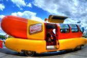"""Ngắm xe ôtô xúc-xích """"siêu độc đáo"""" Wienermobile"""